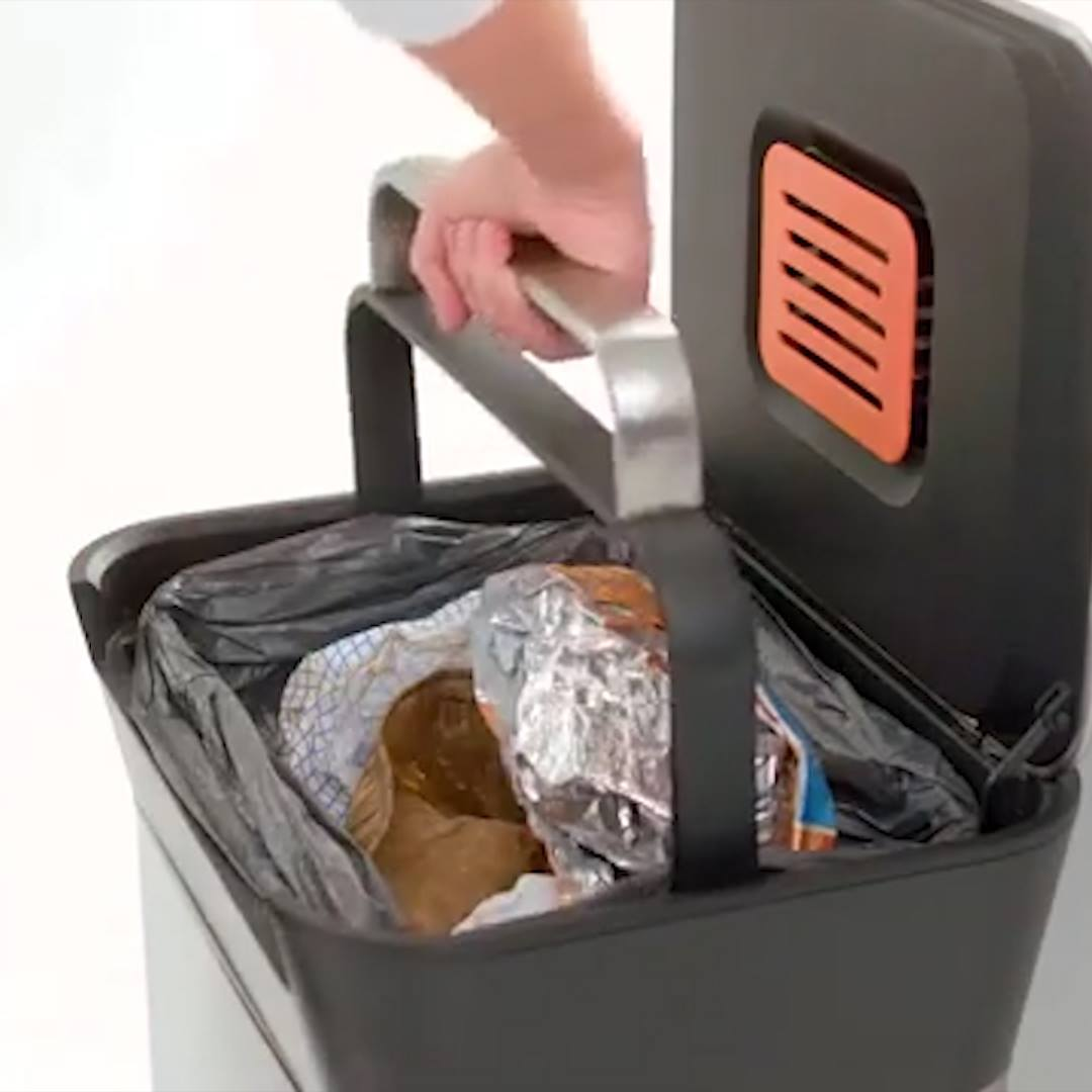 Sledovat 'Titan' trash can crushes garbage to make more space